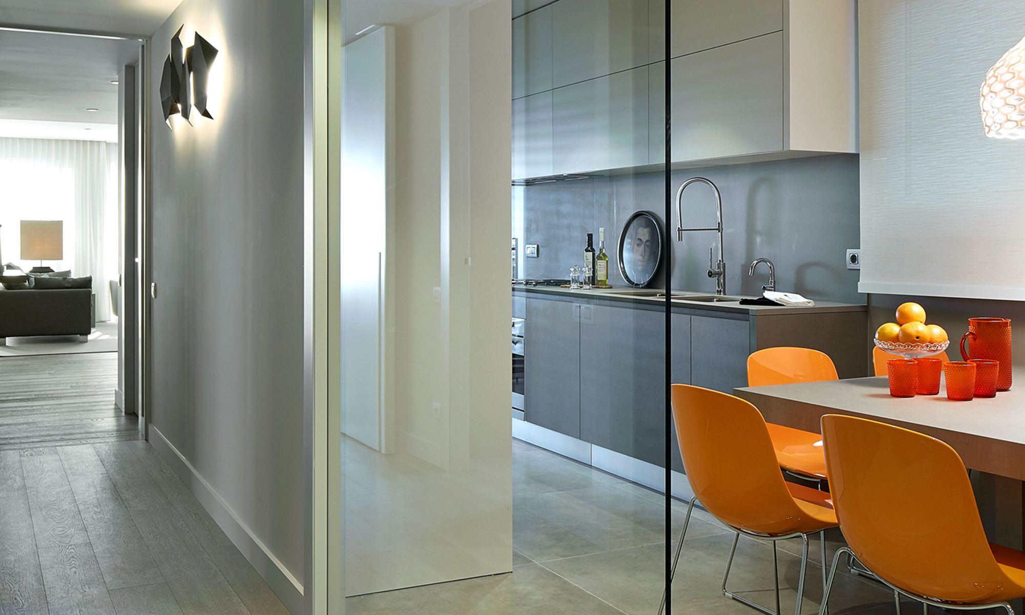 glass wall separating kitchen | Molins Design interioristas
